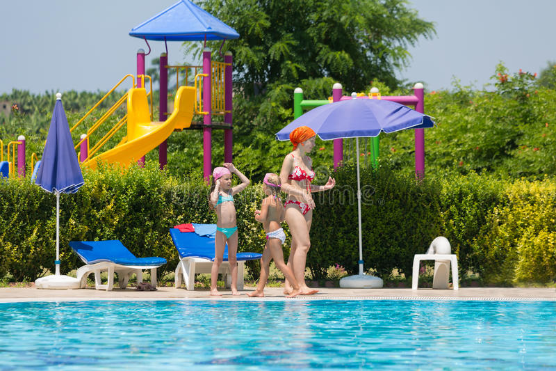 Matka z dziećmi wydaje czas wokoło basenu obrazy stock