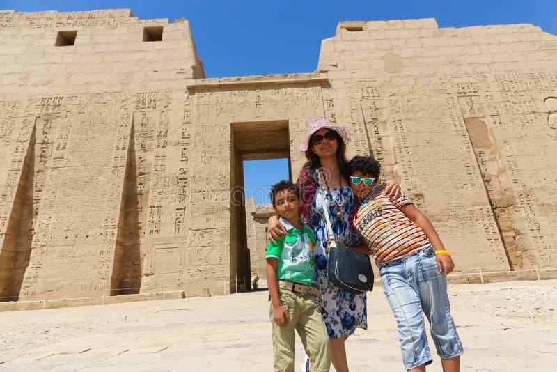 Matka z dzieciakami przy świątynią - Egipt zdjęcia stock
