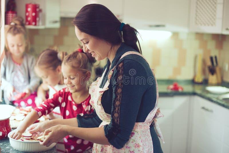 Matka z dzieciakami przy kuchnią zdjęcia royalty free