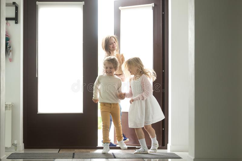 Matka z dzieciakami wraca domowego zakupy wpólnie, mienie papier obraz royalty free