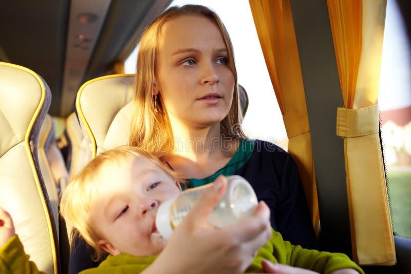 Matka z dzieciakiem w autobusie. zdjęcie stock