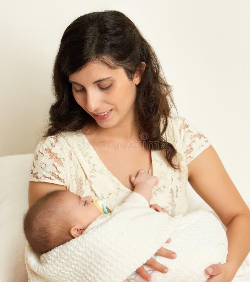Matka z dzieckiem na ręka portrecie, szczęśliwy macierzyński pojęcie zdjęcia stock