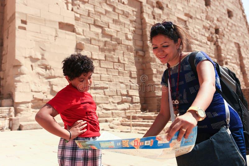 Matka z dzieckiem przy świątynią - Egipt zdjęcia royalty free