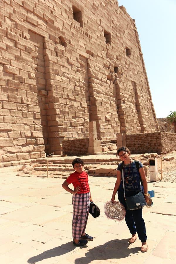 Matka z dzieckiem przy świątynią - Egipt obrazy royalty free