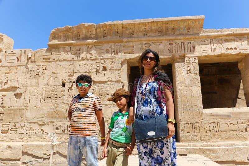 Matka z dzieckiem przy świątynią - Egipt obrazy stock