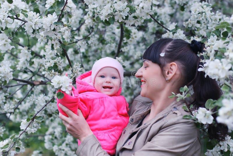 Matka z dzieckiem w jabłko ogródzie zdjęcie royalty free