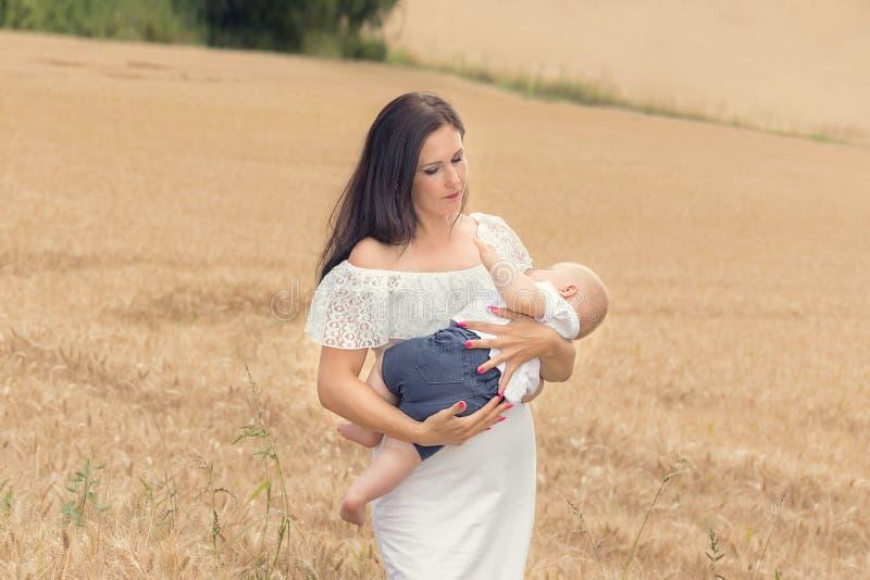 Matka z dzieckiem w pszenicznym polu zdjęcia royalty free