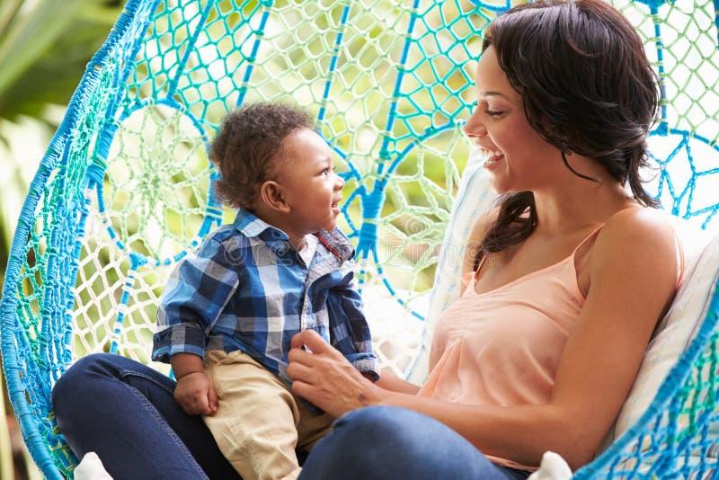 Matka Z dziecko synem Relaksuje Na Plenerowej ogród huśtawce Seat zdjęcia royalty free