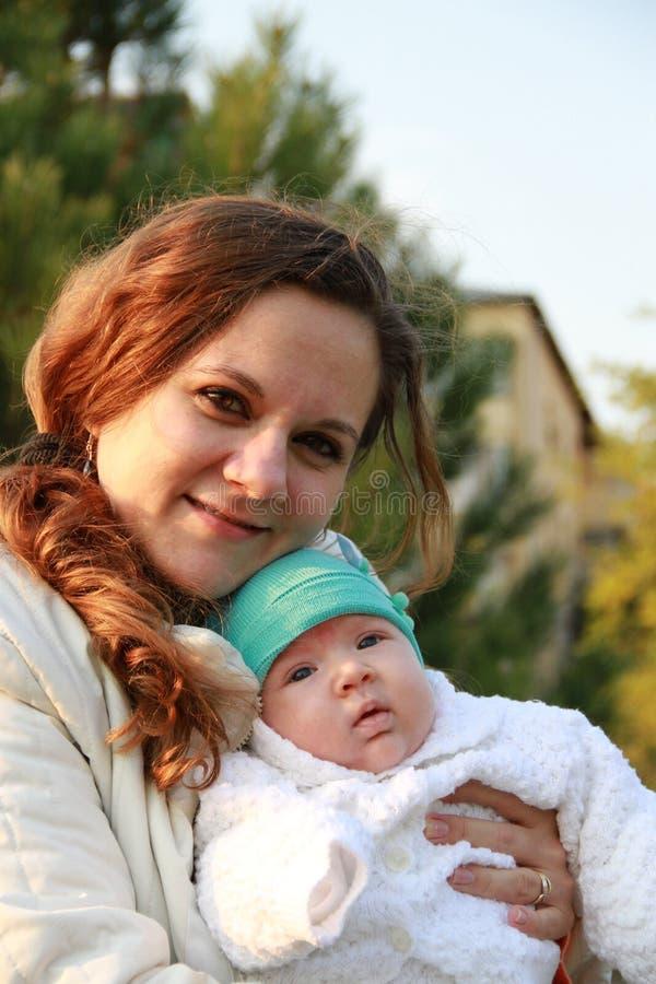 Matka z jego małą chłopiec w jego ręki zdjęcie stock