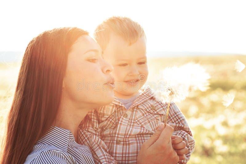 Matka z jej dzieckiem w świetle słonecznym fotografia royalty free