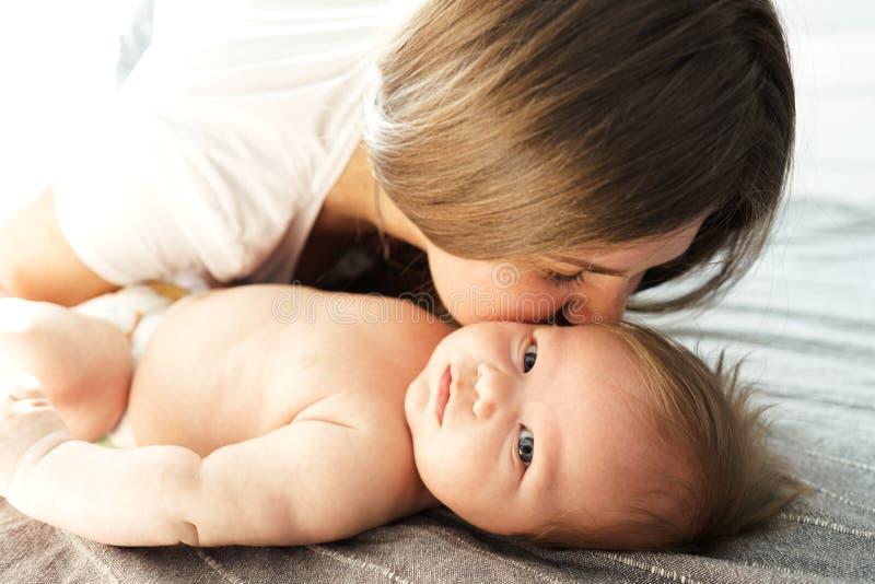 Matka z jej nowonarodzonym synem k?a?? na ? obraz royalty free