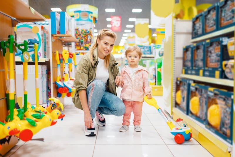 Matka z ma?? c?rk? w dzieciaka sklepie zdjęcie stock