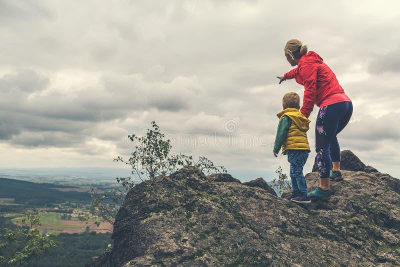 Matka z małym chłopcem podróżującym w górach fotografia royalty free