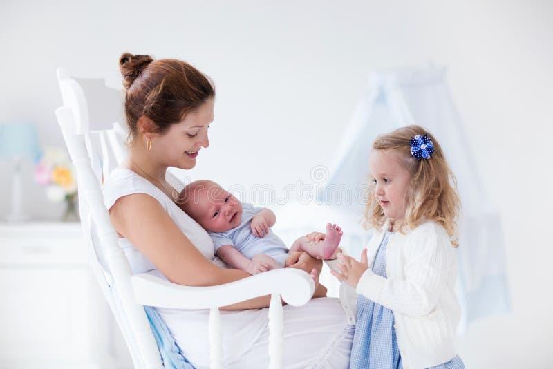 Matka z nowonarodzoną dziecka i berbecia córką zdjęcie royalty free