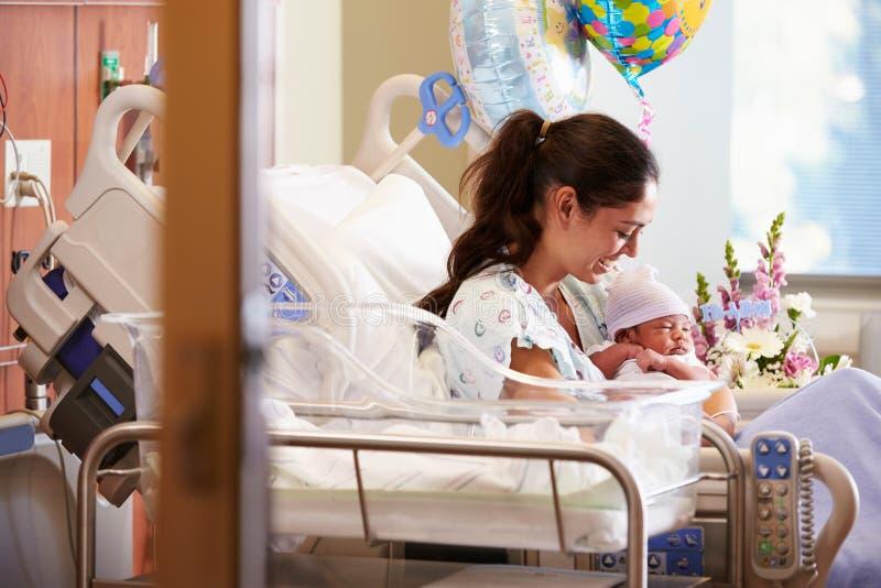 Matka Z Nowonarodzonym dzieckiem W poczta Natal dziale zdjęcie stock