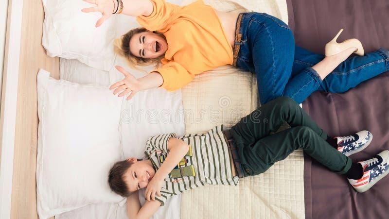 Matka z synem na łóżku, matka i syn ma zabawę, obrazy stock