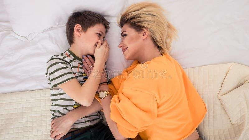 Matka z synem na łóżku, matka i syn ma zabawę, fotografia royalty free