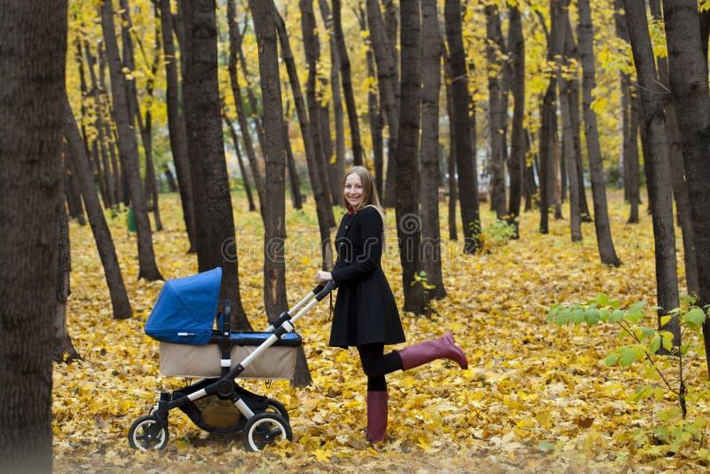 Matka z wózkiem spacerowym dla nowonarodzonego zdjęcie royalty free