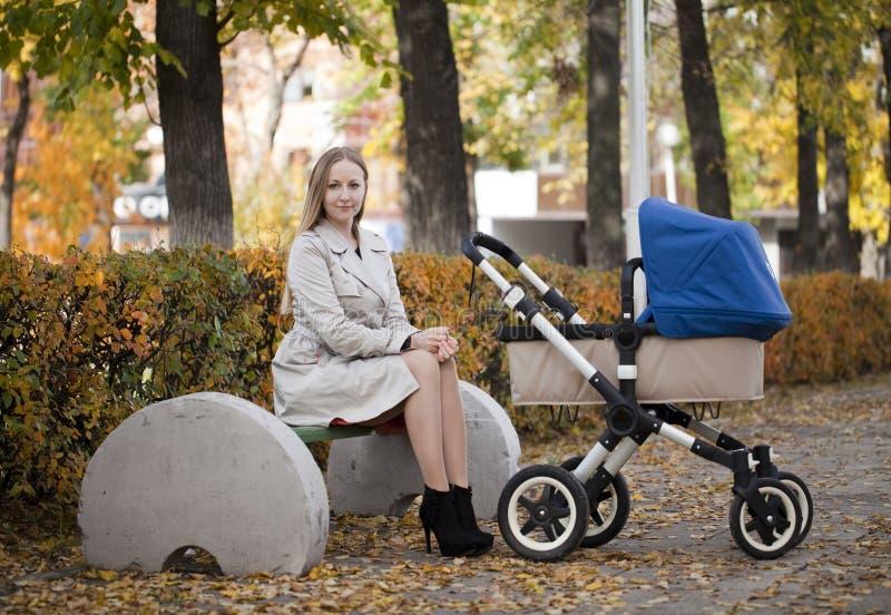 Matka z wózkiem spacerowym dla nowonarodzonego fotografia stock