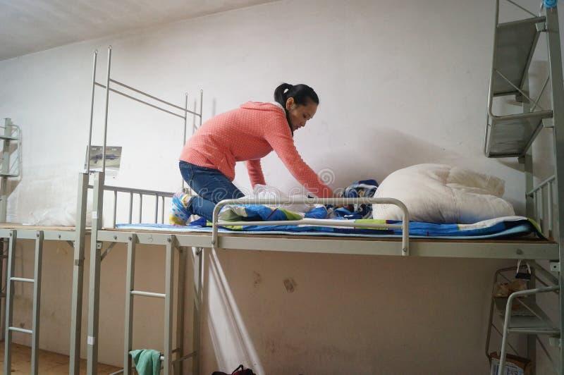 Matka zmieniać kołderkę w studenckim dormitorium w dziecko w wieku szkolnym zdjęcia royalty free