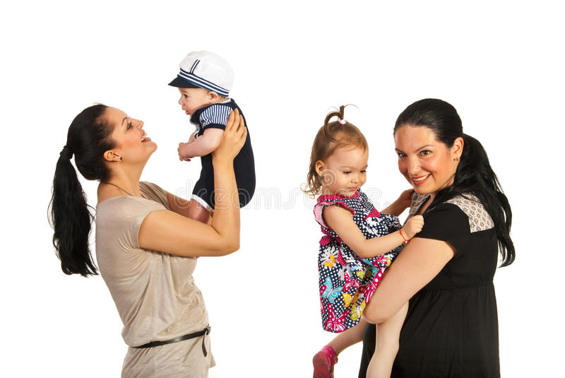 Matki bawić się z ich dzieciakami obraz stock