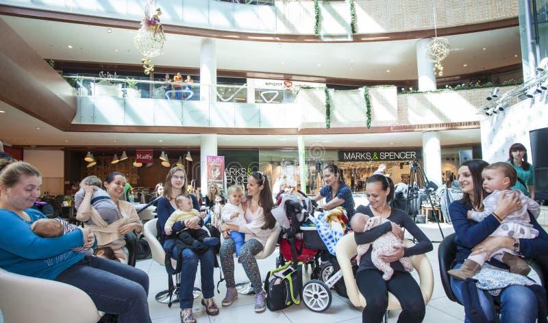Matki breastfeed ich dzieci publicznie zdjęcie royalty free