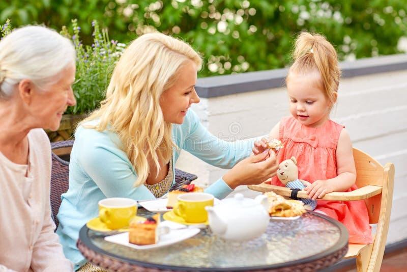 Matki, córki i babci łasowanie przy kawiarnią, obrazy royalty free