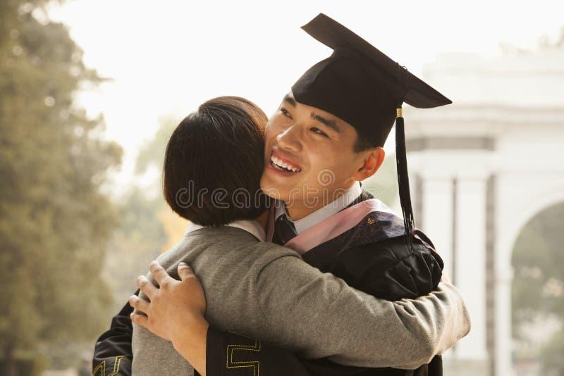 Matki i absolwenta uściśnięcie obrazy stock