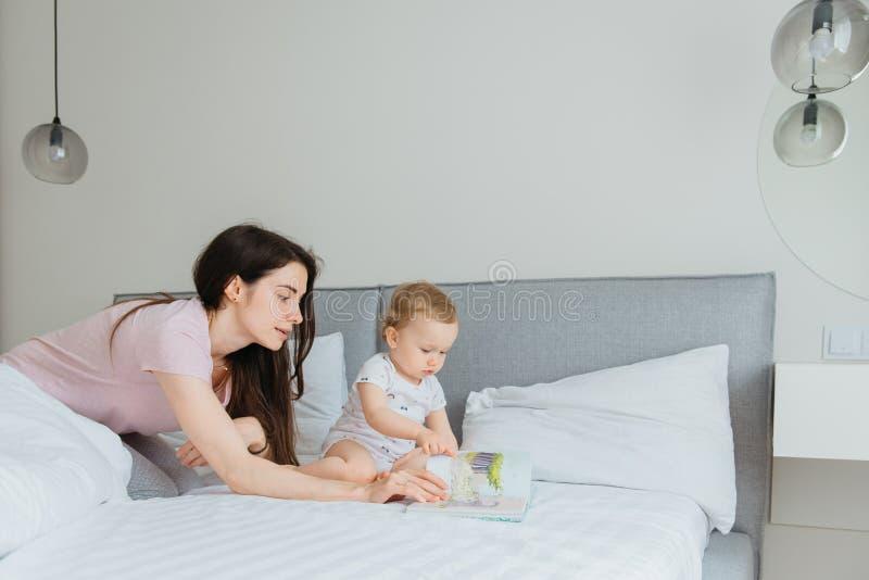 Matki i berbecia c?rki czytelnicza bajka rezerwuje w sypialni zdjęcia royalty free