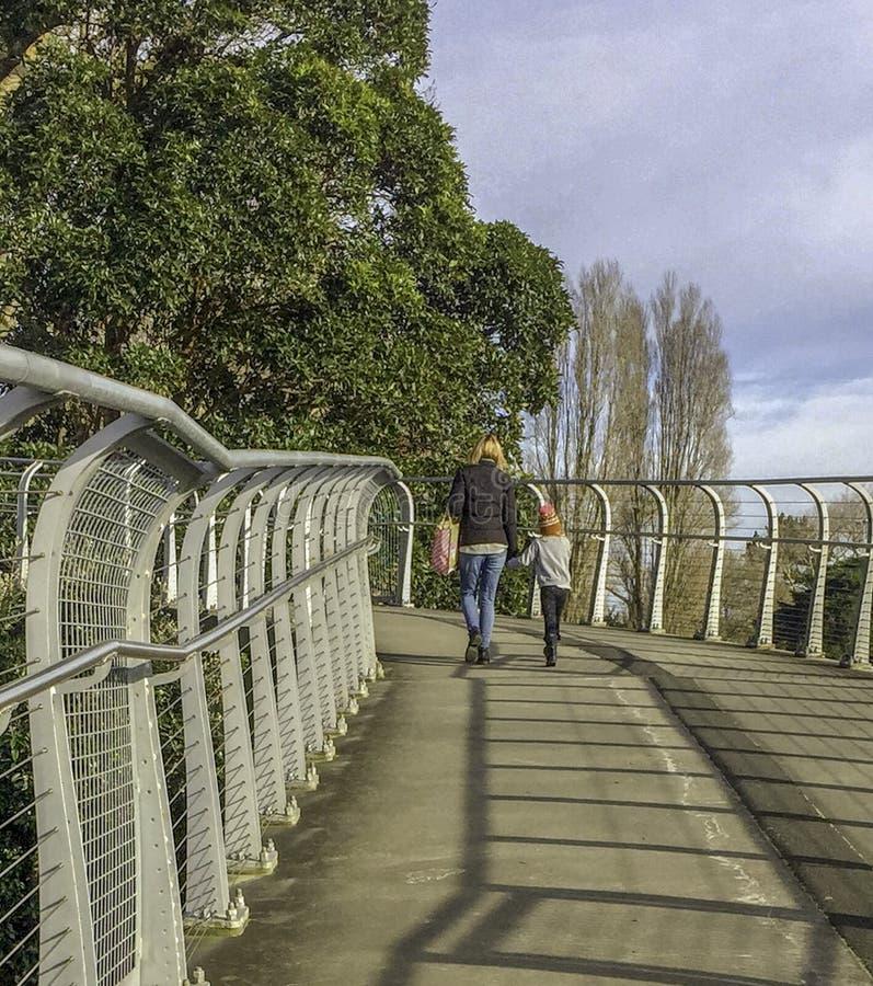 Matki i córki spacer w górę zwyczajnego mostu fotografia stock