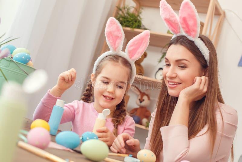 Matki i córki wpólnie w domu Easter przygotowanie siedzi w królików ucho dyskutuje projekt obraz royalty free