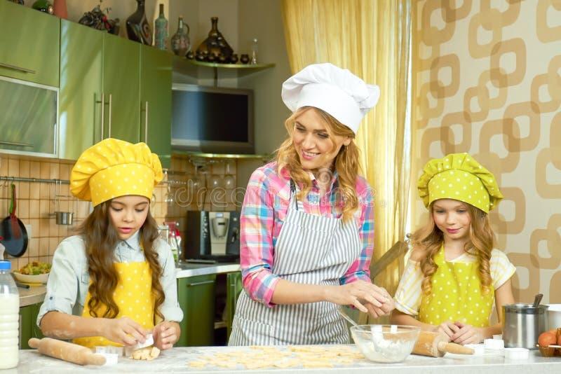 Matki i córek gotować obraz stock