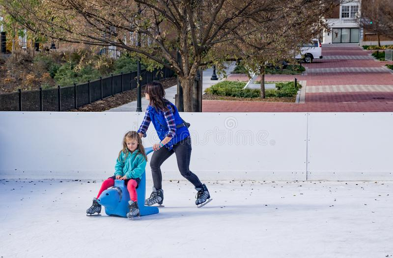 Matki i córki jazda na łyżwach zdjęcia royalty free