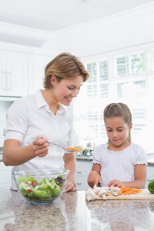 Matki i córki narządzania warzywa zdjęcie stock