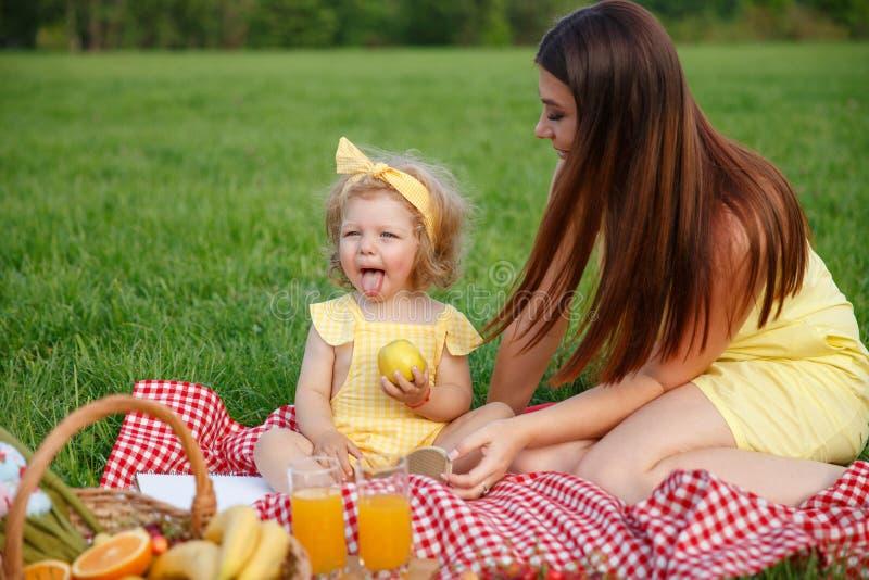 Matki i córki obsiadanie na koc w parku zdjęcie stock