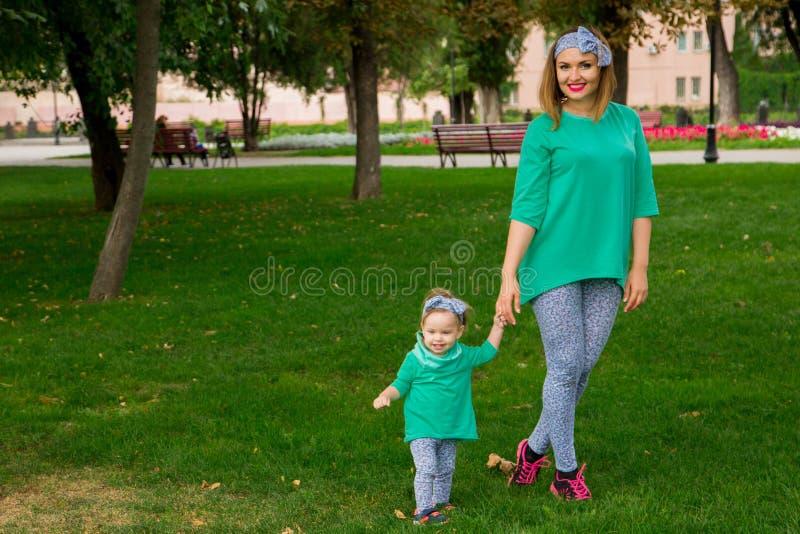 Matki i córki odprowadzenie na trawie zdjęcie stock