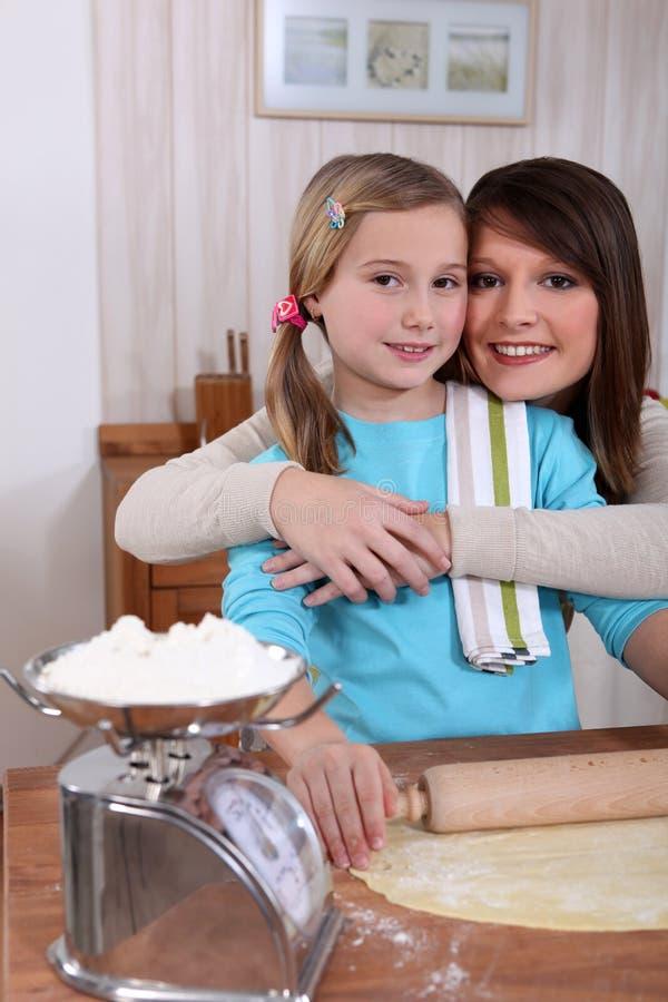 Matki i córki pieczenie obrazy stock