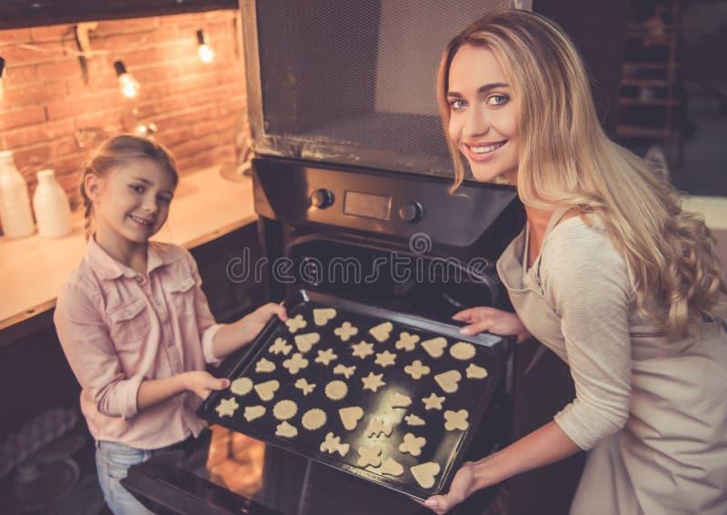 Matki i córki pieczenie zdjęcia royalty free