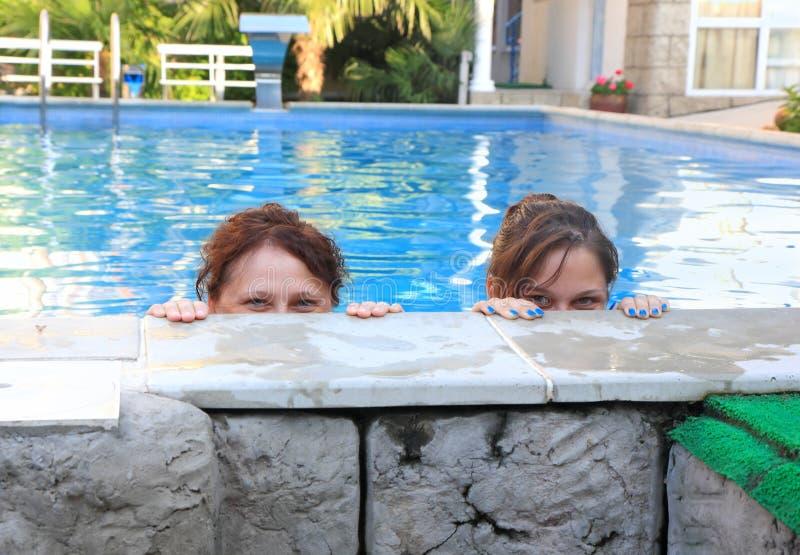 Matki i córki spojrzenie z basenu zdjęcie stock