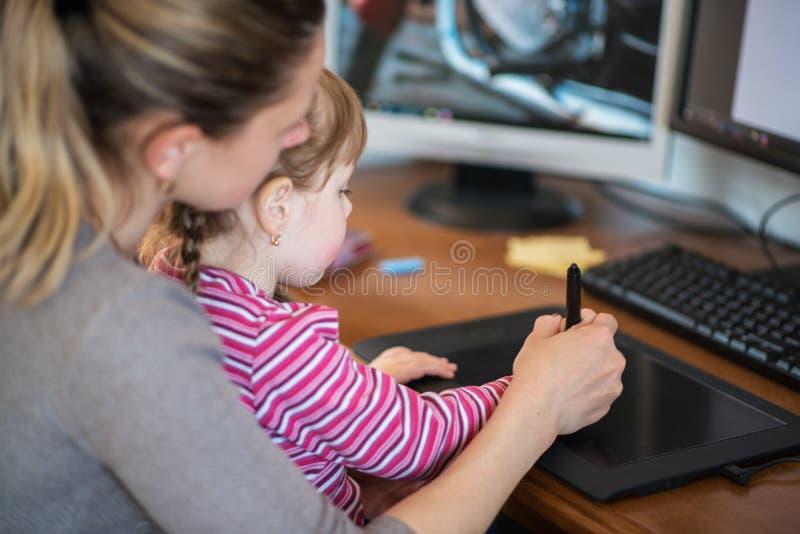 Matki i córki uczenie obraz z, zdjęcia stock