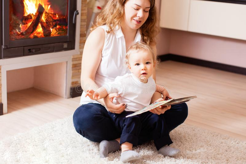 Matki i chłopiec obsiadanie blisko graby czytania zdjęcia royalty free