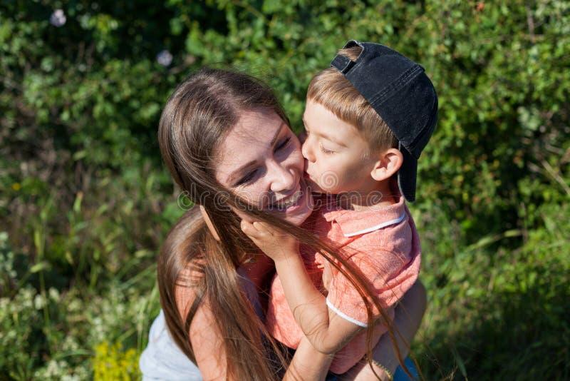 Matki i chłopiec sztuki parka rodziny szczęście obraz royalty free