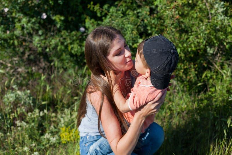 Matki i chłopiec sztuki parka rodziny szczęście zdjęcia stock
