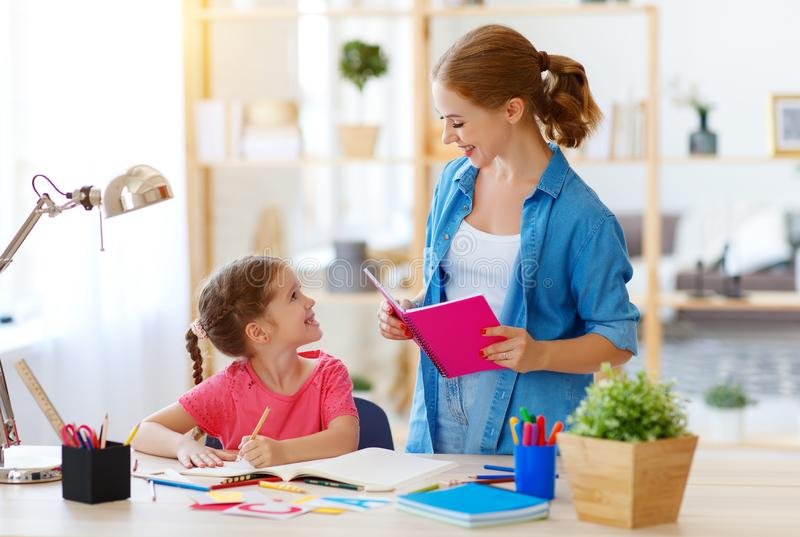 Matki i dziecka c?rka robi pracy domowej geografii z kul? ziemsk? obraz royalty free