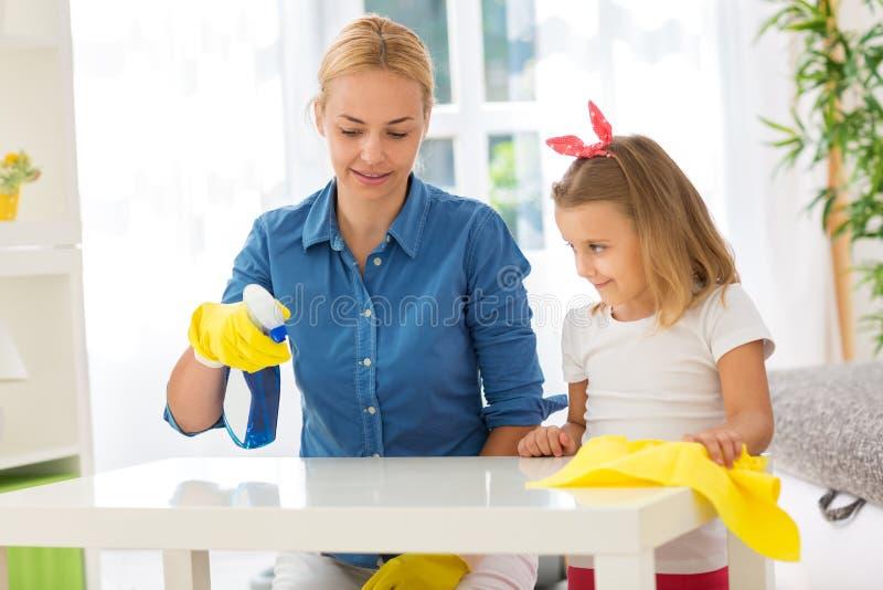 Matki i dziecka cleaning stół z kwaczem obrazy stock