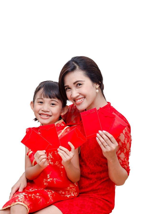 Matki i dziecka mienia paczki czerwony pieniądze zdjęcia stock