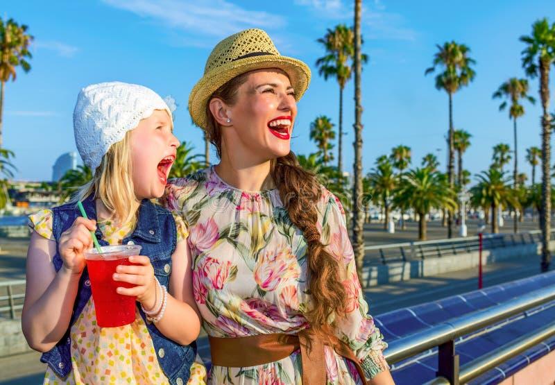 Matki i dziecka turyści patrzeje w z jaskrawym czerwonym napojem obrazy royalty free