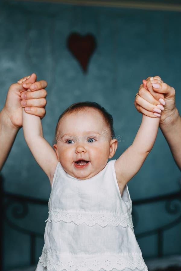 Matki i ojca ręki trzyma dziecko córki obraz stock