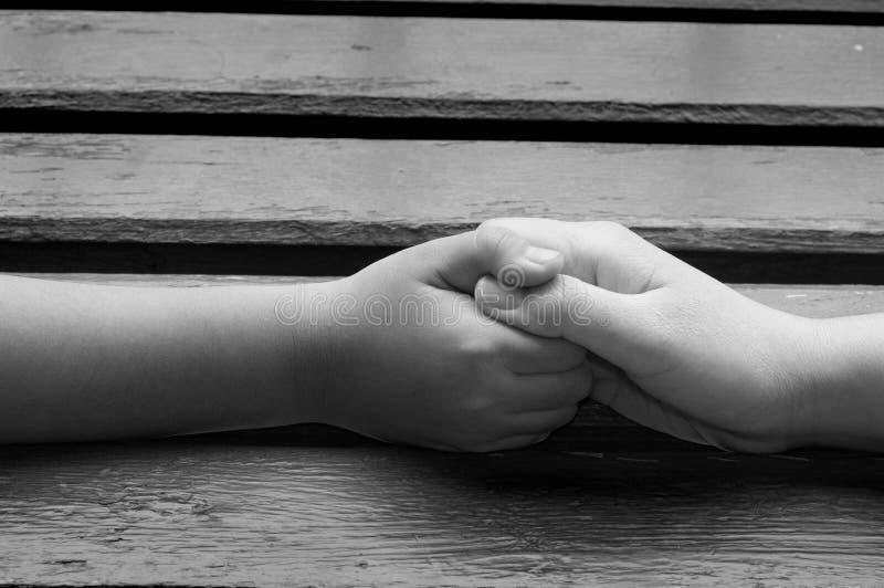 Matki i syna chwyta ręki, ręki naprzód, pojęcie obrazy stock