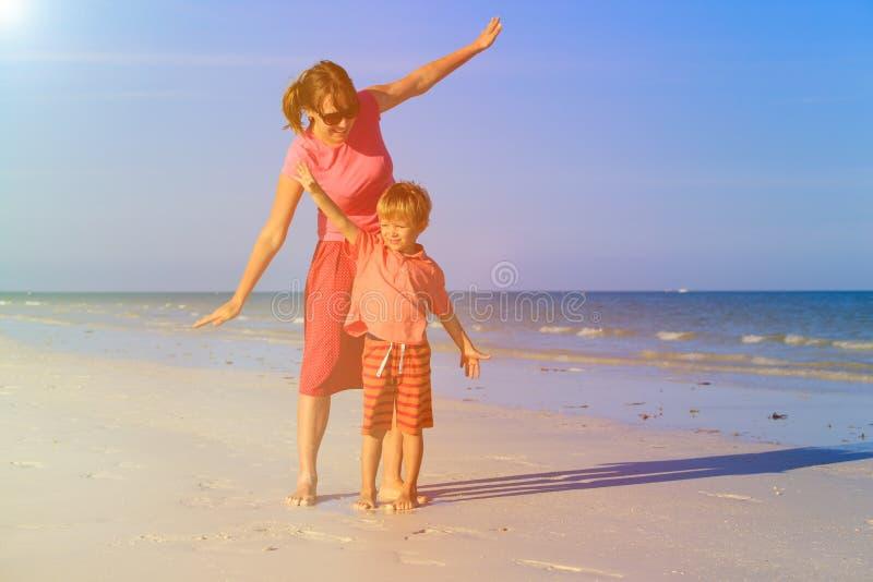 Download Matki I Syna Latanie Na Plaży Zdjęcie Stock - Obraz złożonej z uśmiech, lato: 53791800